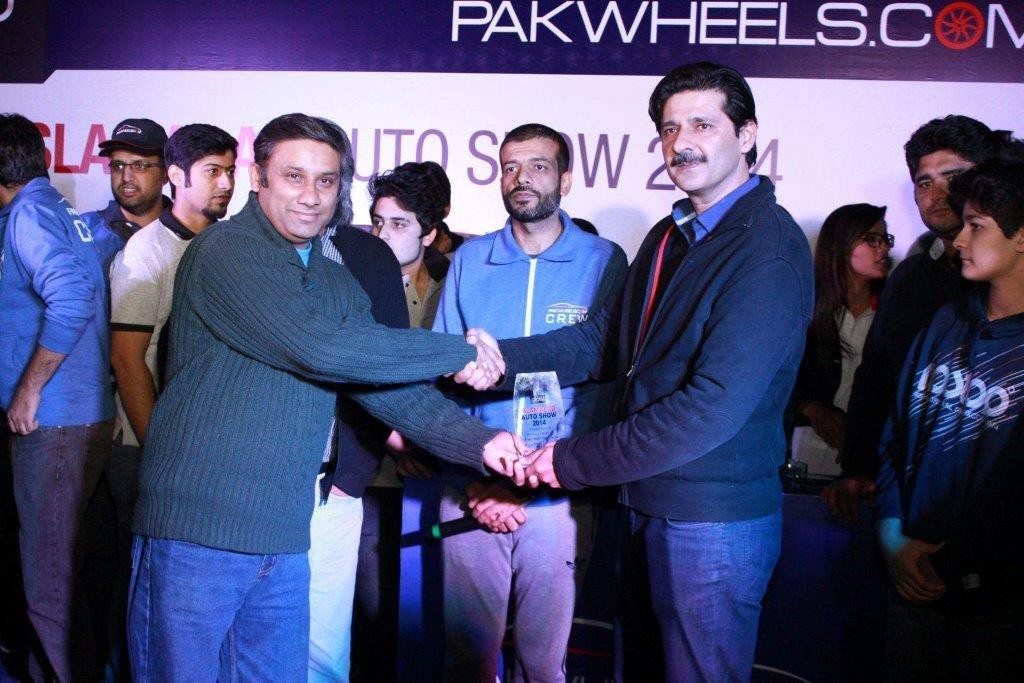 4-Mr-Sarmad-Ali-Warid-Regional-Director-while-giving-prize-to-the-winner